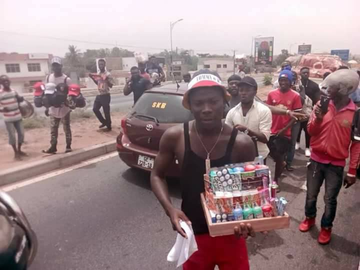 PHOTO: Stonebwoy seen hawking on the streets
