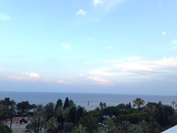 Nice vue du bord de mer depuis le toit-terrasse du Boscolo Plaza