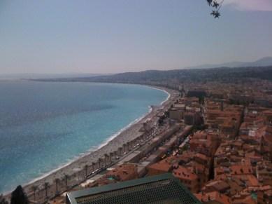 Nice vue panoramique des toits de la ville et du bord de mer depuis le château