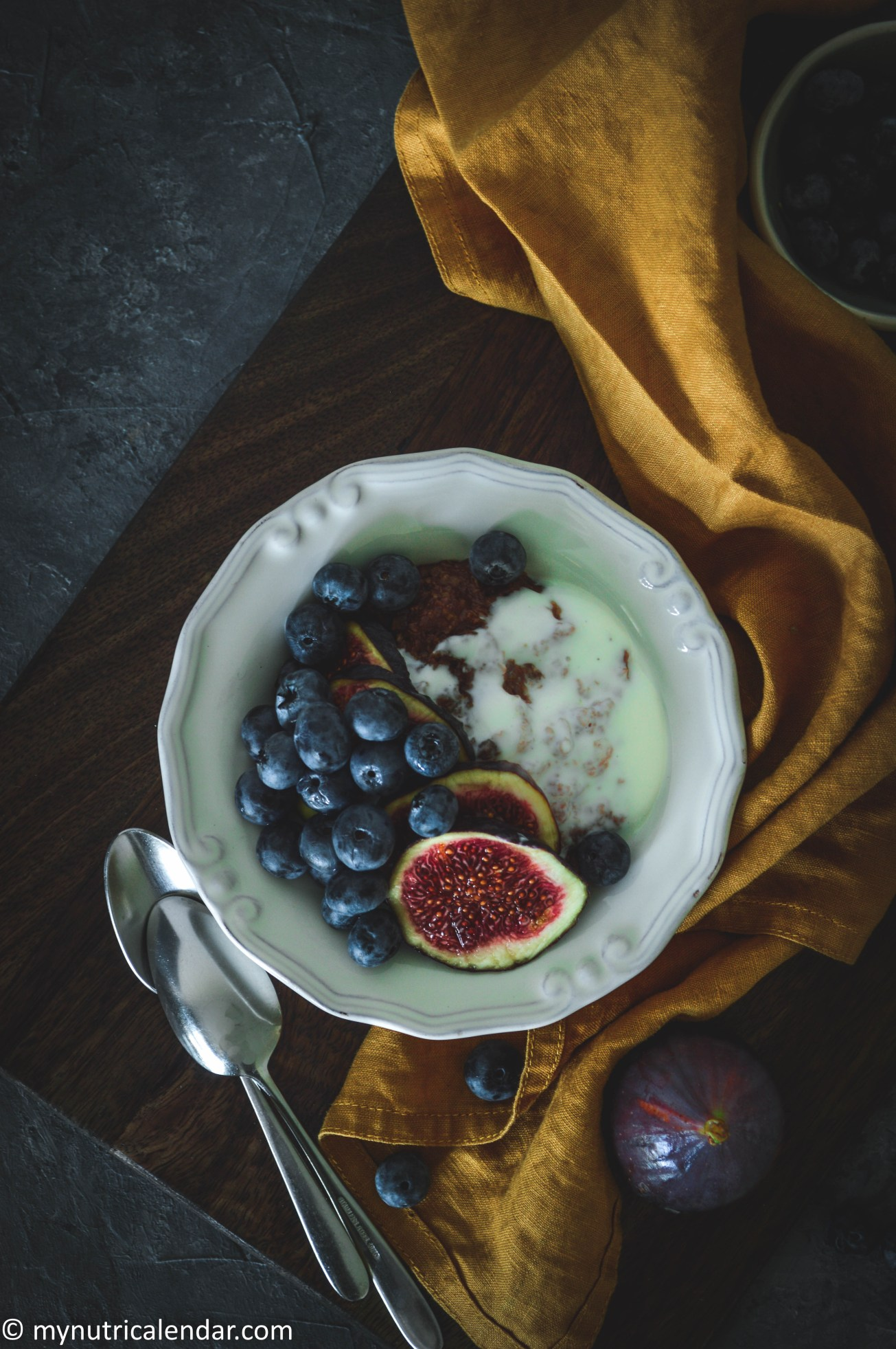 chocolate-oats-porridge-vanilla-soy-yogurt-blueberries-figs-toppings-food-photography-σοκολάτα-χυλός-βρώμης-γιαούρτι-βανίλια-μύρτιλα-σύκα