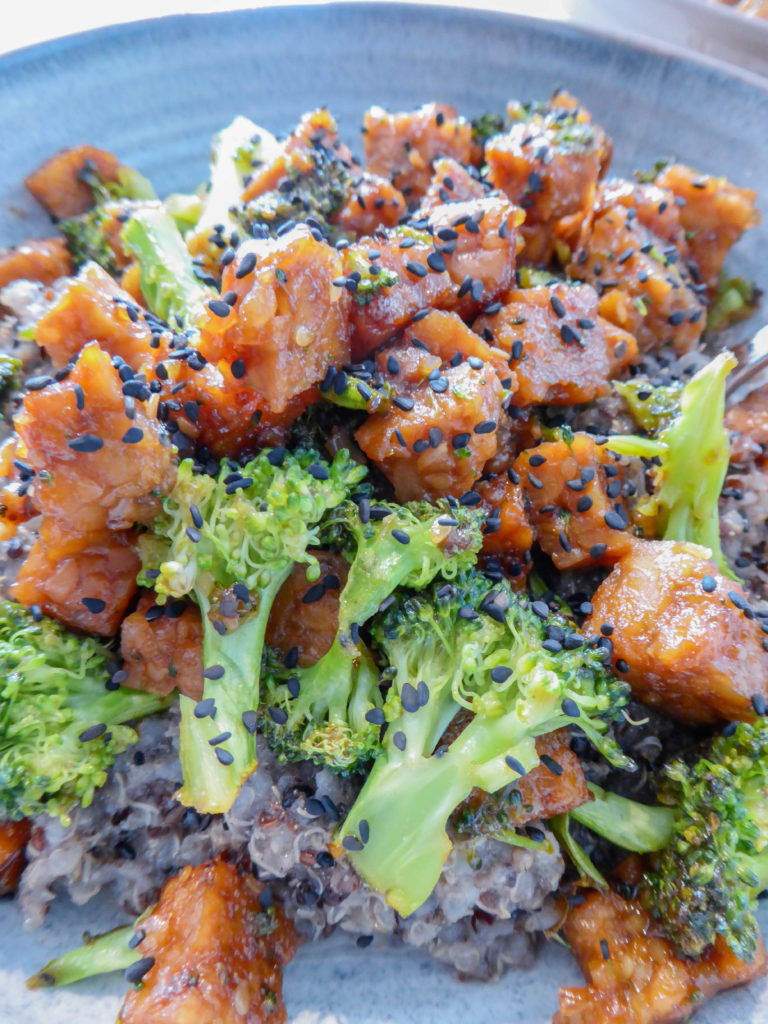 Vegan coconut quinoa bowl - Packed with flavors and nutrients. Topped with tempeh and broccolis.