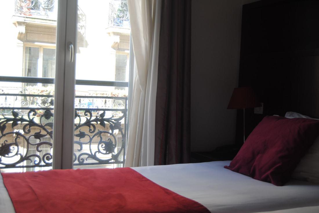 hotel-avalon-paris-my-parisian-life-blog-review-rooms-bed
