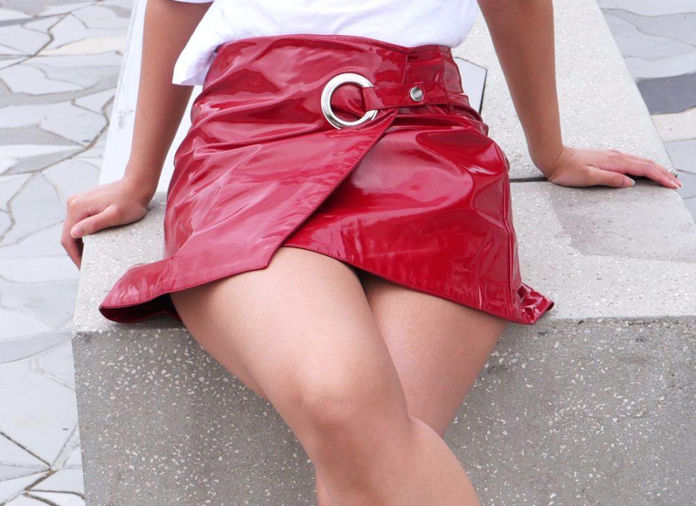 look-houston-jupe-vernie-rouge-stradivarius