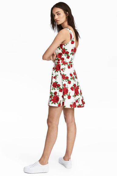 look-robe-fleurs-mi-saison-patineuse-hm
