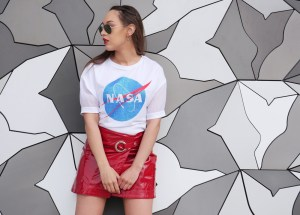 look-houston-jupe-vernie-rouge-tshirt-nasa-mur