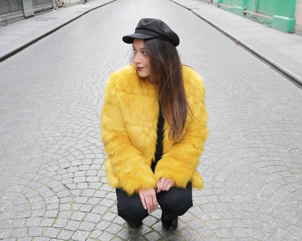 look-titi-faux-fur-jaune-profil