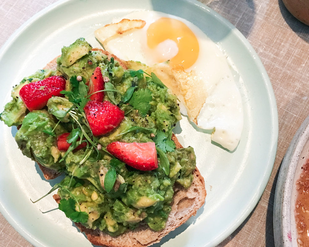 bonnes-adresses-food-londres-farm-girl-strawberry-avocado-toast