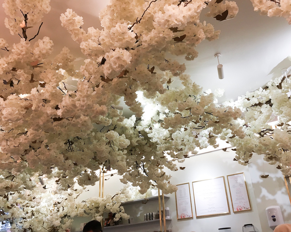 instagram-reality-london-food-mauvaises-adresses-feya-plafond-fleurs