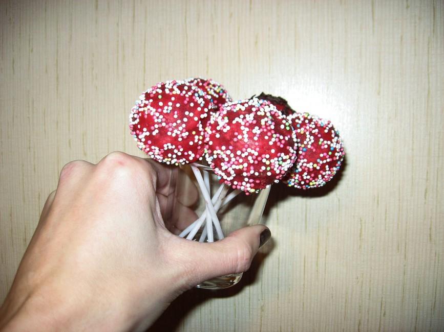 rote Cake Pops mit Zuckerstreusel
