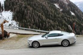 Mustang auf Alpenstrasse