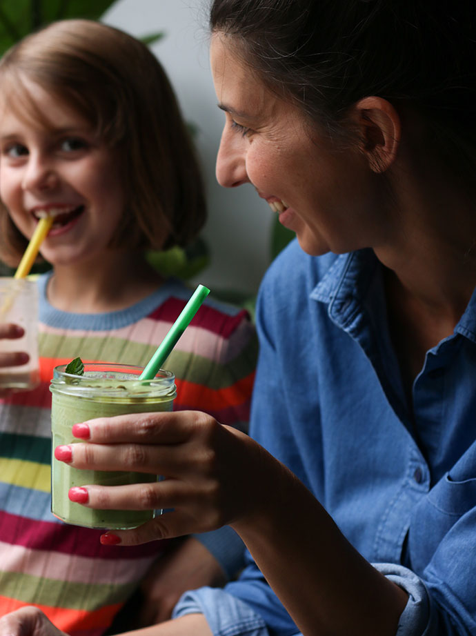 green smothie recipe -family drinking smoothies