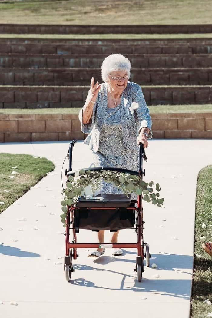 Elderly flower girls in the wedding photo book.
