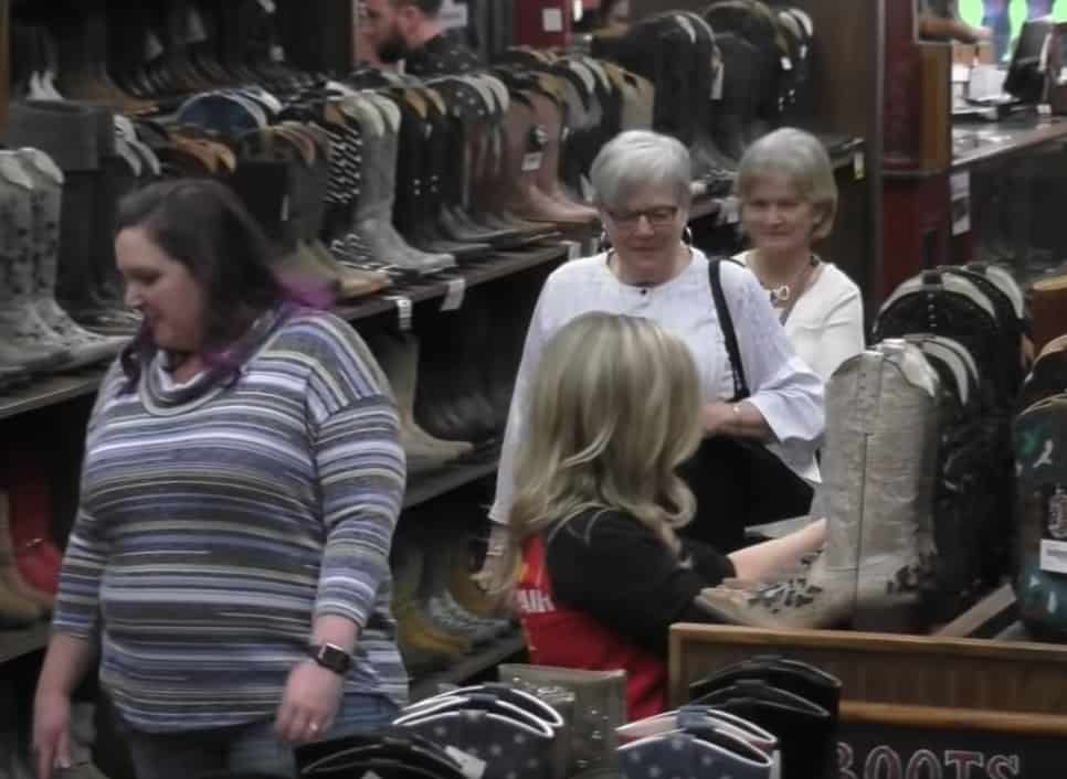 Who doesn't love funny pranks, watch Carrie Underwood prank customers!