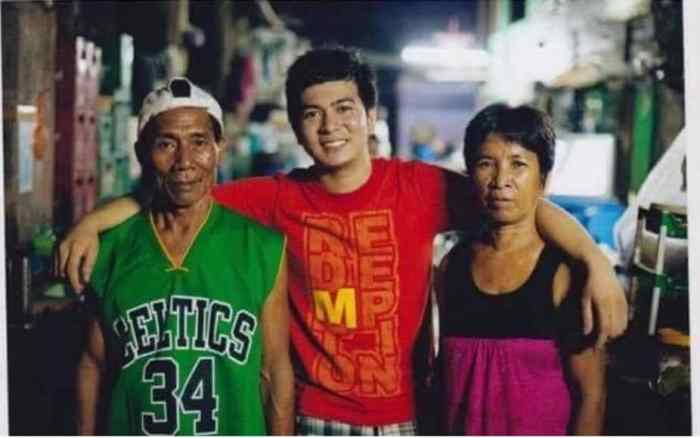 Jayvee in between his poor but selfless parents who adopted him.