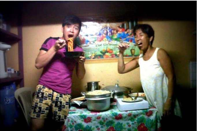An old photo of Jayvee and his mother during their 'poor days'.