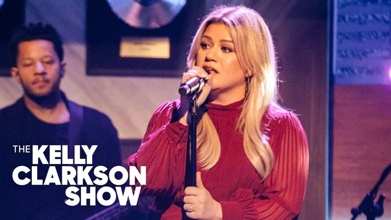 "Kelly Clarkson singing on ""The Kelly Clarkson Show"""