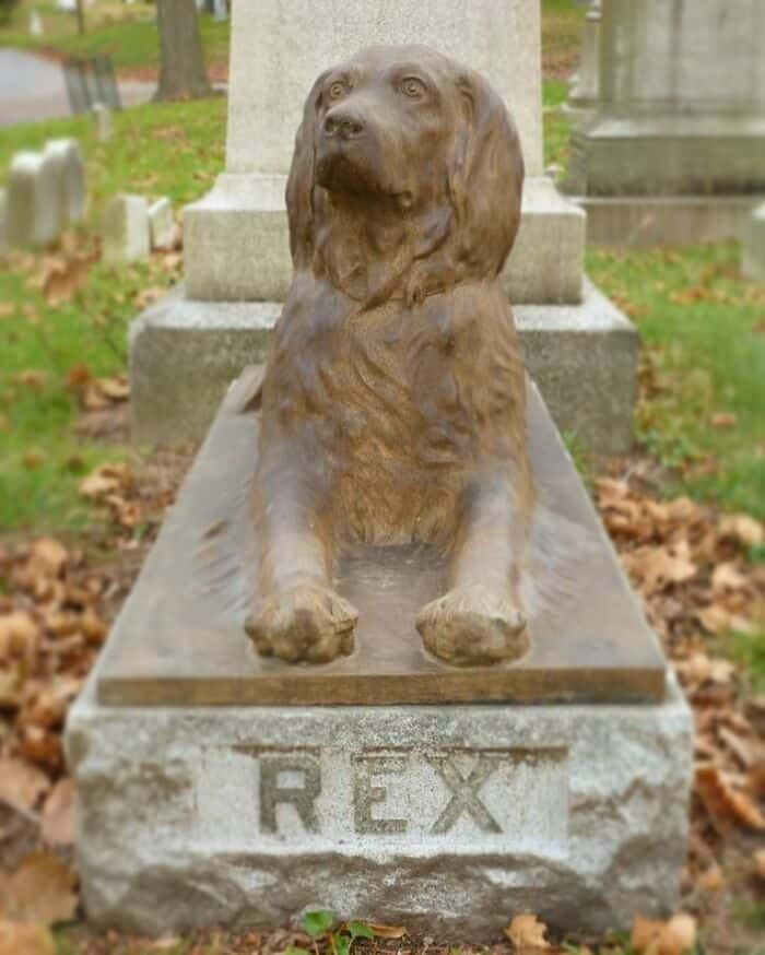 The statue of Rex the dog at Green-Wood Cemetery
