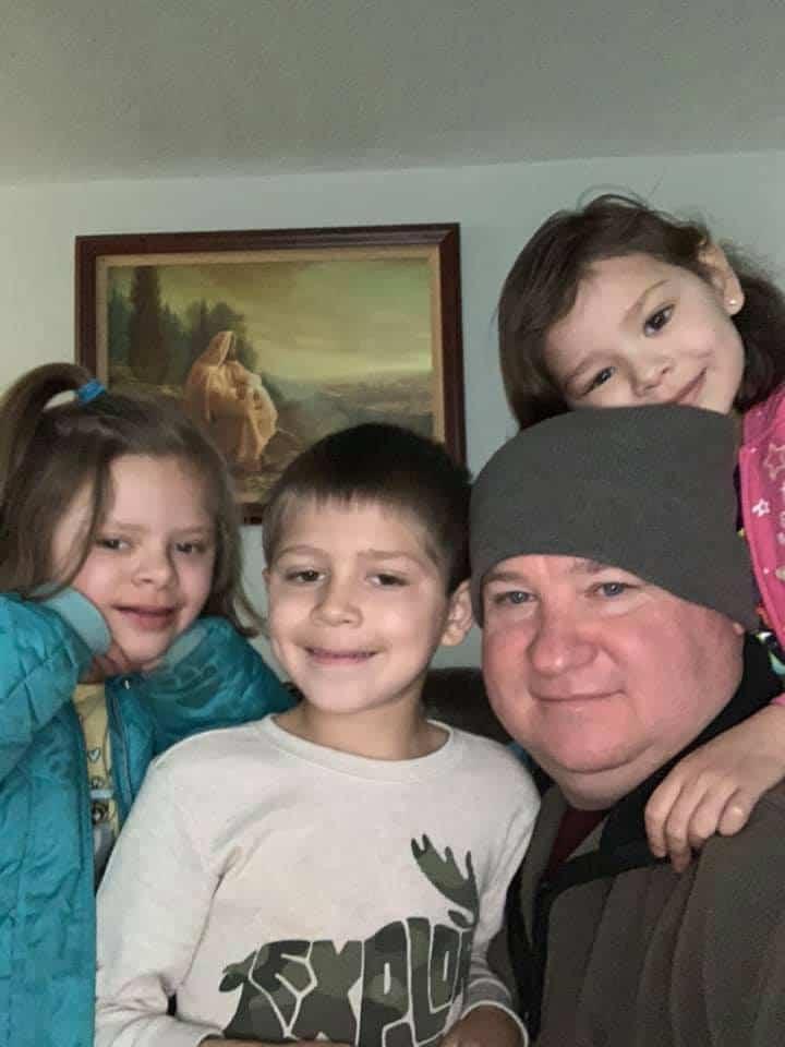 Дэрил Андерсен и трое братьев и сестер, которых он удочерил