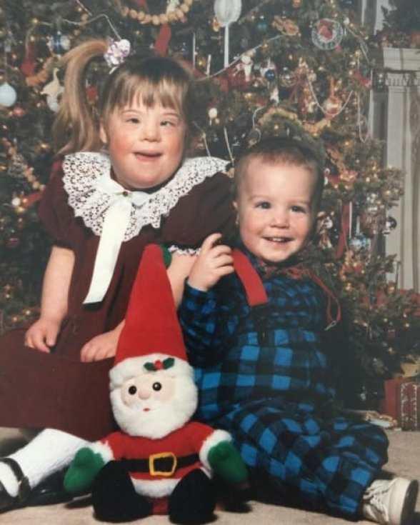 Детское фото брата и сестры.