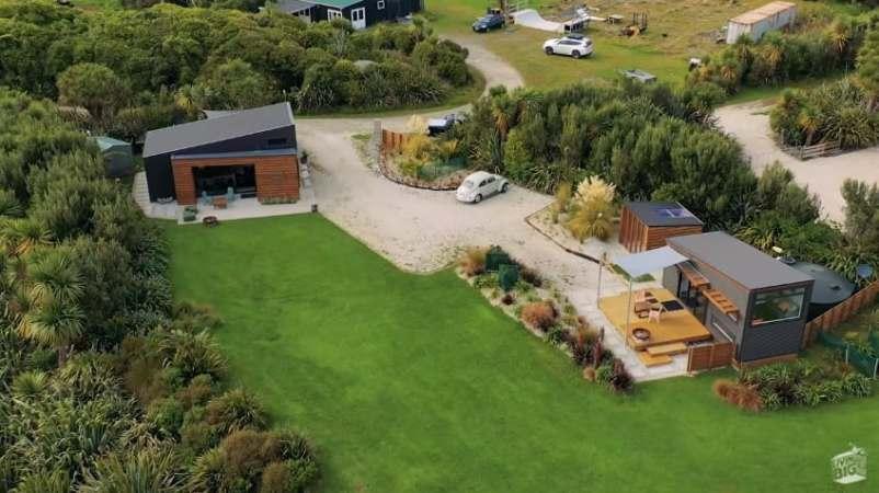 Вид сверху на два крошечных дома в Новой Зеландии.