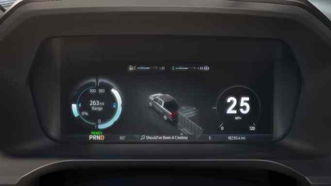 Иммерсивный сенсорный экран F-150 Lightning обеспечивает в реальном времени представление о том, куда движется водитель, что он везет или какой реальный запас хода у них есть,