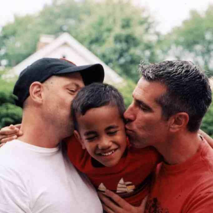 Дэнни Стюарт и Пит Меркурио целуют своего сына Кевина в щеки