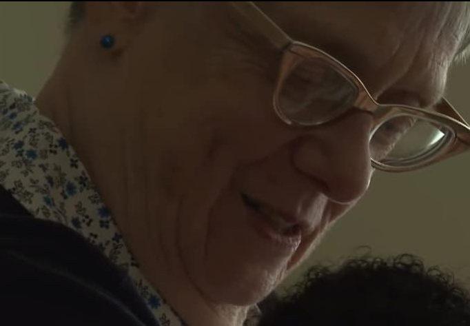 Линда Оуэнс смотрит на лицо ребенка