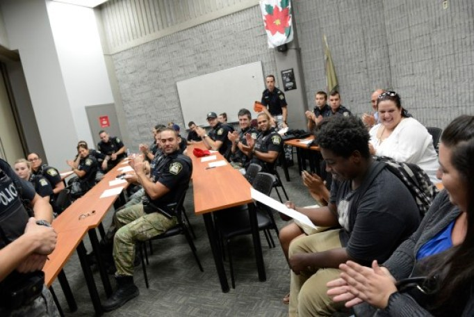 Малык Боннет с офицерами полиции Лаваля в их штаб-квартире