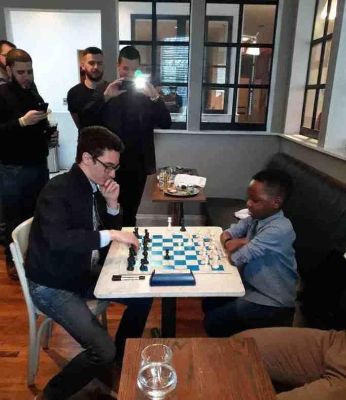 Танитолува Адевуми играет в шахматы