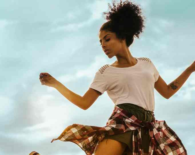Женщина танцует