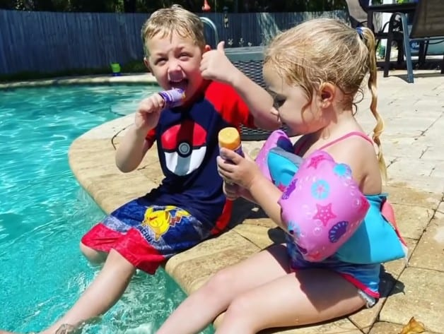 Чейз Поуст и его младшая сестра Эбигейл Поуст сидят у бассейна