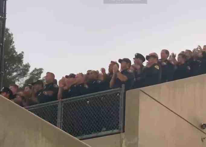 Пожарные хлопают в ладоши на выпускной