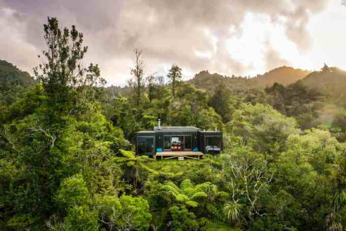 Контейнерный дом в окружении панорамных видов.