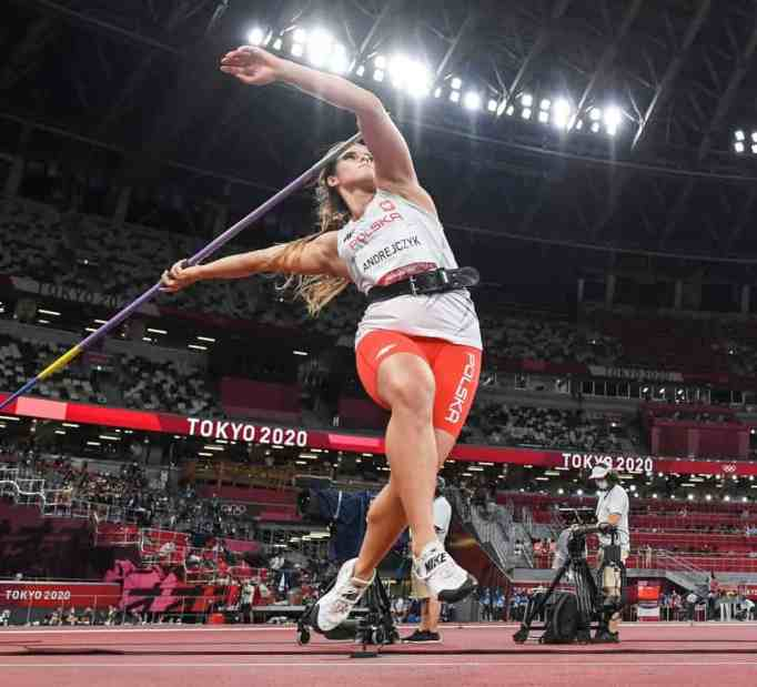 Maria Andrejczyk throwing a javelin