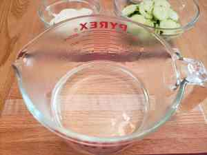 vinegar and water in measuring cup