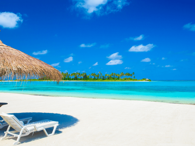Beach Vacation: The Best 5-day Carry-on Guide for a Curvy Girl