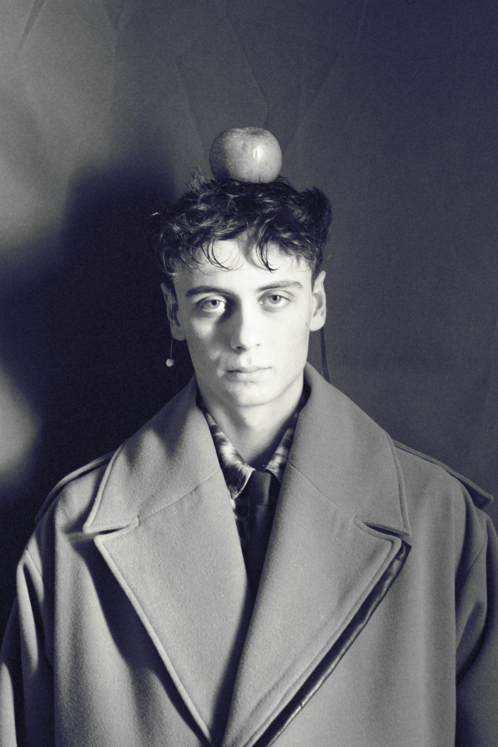 Marc Soler with Afrodite earring with apple on head