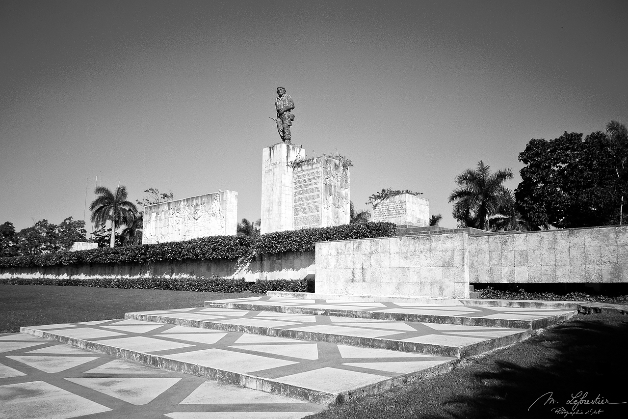 statue of the che guevara at his mausoleum in Cuba