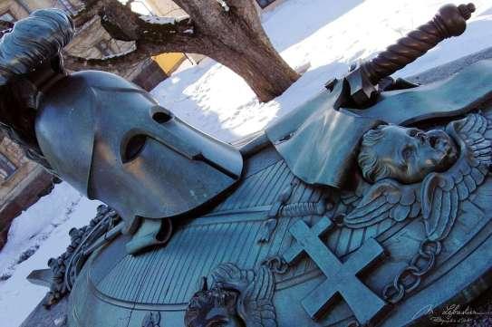 statue of a knight in Suomenlinna: Monument Ehrensvard
