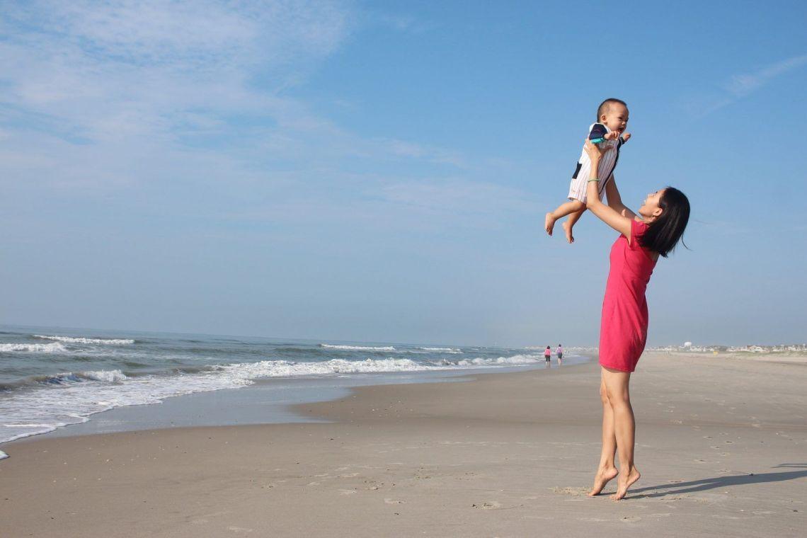 madre y bebe playa