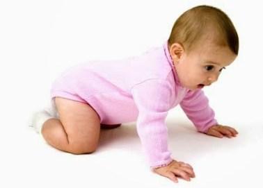 Mengetahui usia berapa bayi dapat duduk dan merangkak