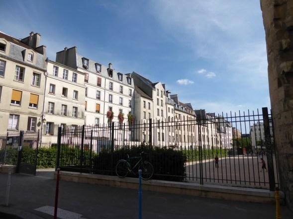 Rue des Jardins-St Paul, face à l'enceinte Philippe Auguste, en juin 2015. (Photo ChPL)