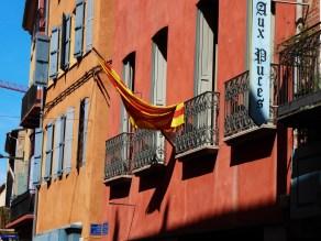 Perpignan façades colorées et drapeau Catalan