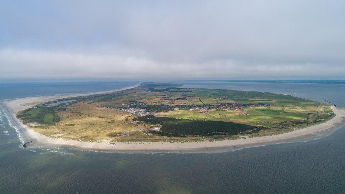 Luchtfoto van Ameland gezien vanuit het westen