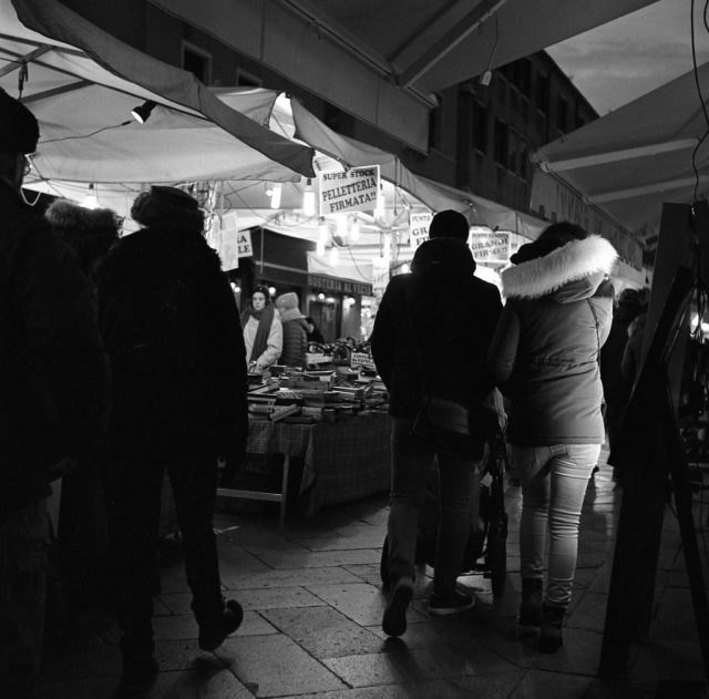 yashica tlr 635 ilford hp5 1600 b&w black white film street market venice italy christmas people street