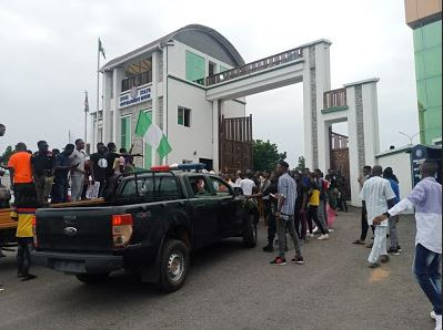 Protesters Block Kogi Govt House, Denies Security Operatives Access