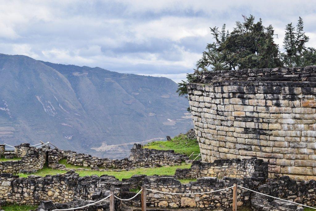 Kuelap là một địa điểm khảo cổ ở miền bắc Peru cách Chachapoyas khoảng hai giờ đi xe. Ở độ cao khoảng 3,000 mét, đây là nơi cư trú của tầng lớp cao hơn của nền văn minh Chachapoya bắt đầu từ hơn một nghìn năm trước.
