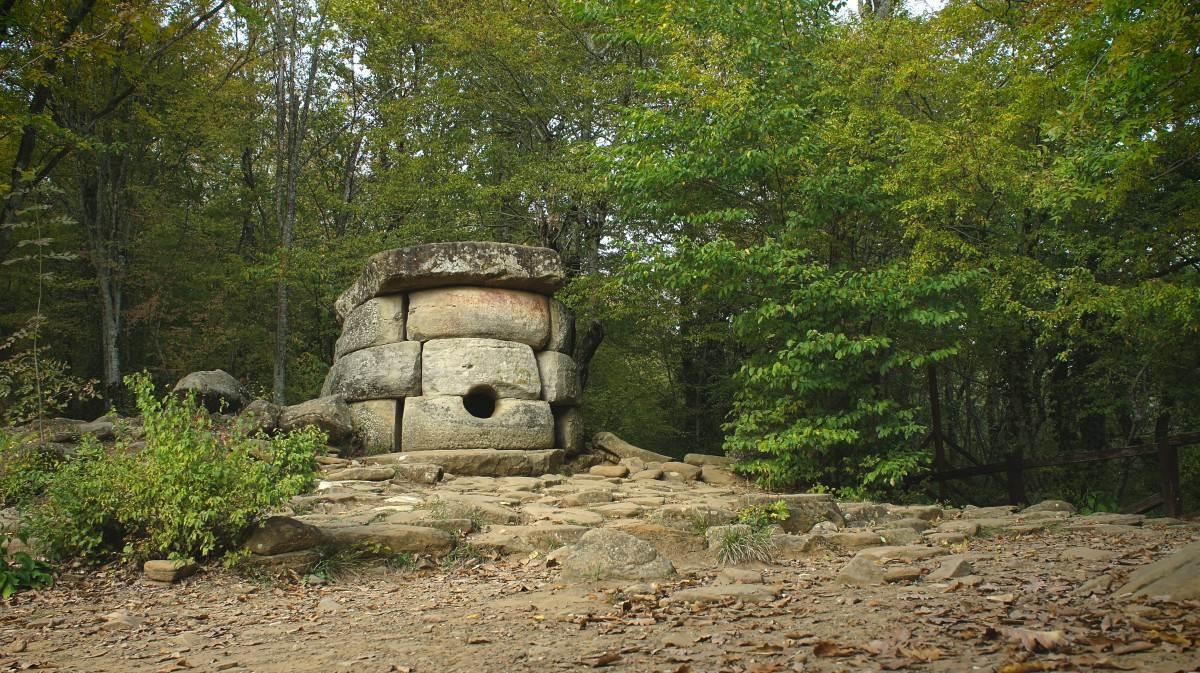 Καυκάσιος dolmen ασυνήθιστου στρογγυλού σχήματος
