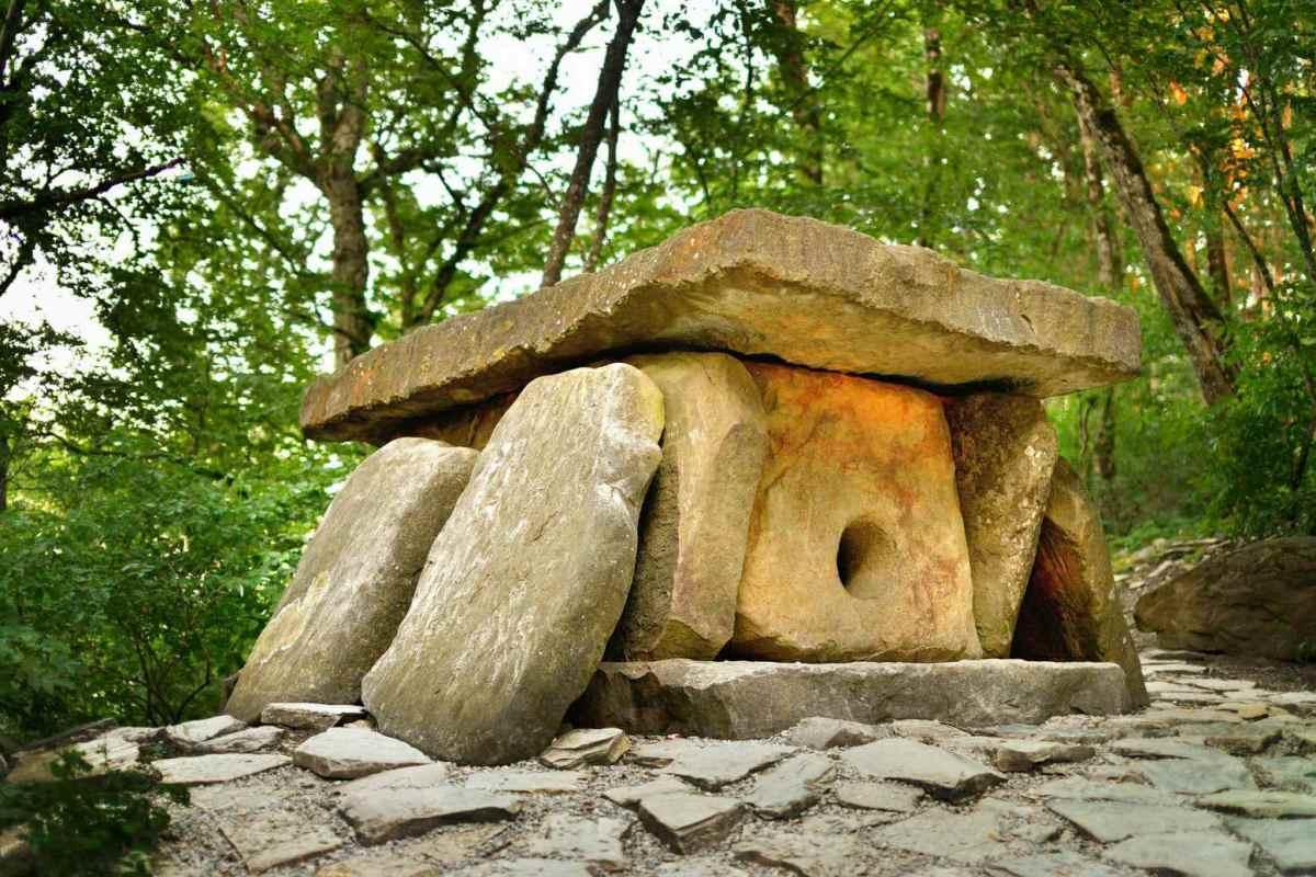 Τα ταφόπλακα ταφής συνέχισαν να χρησιμοποιούνται στον Ύστερο Χαλκό και την Πρώιμη Εποχή του Σιδήρου