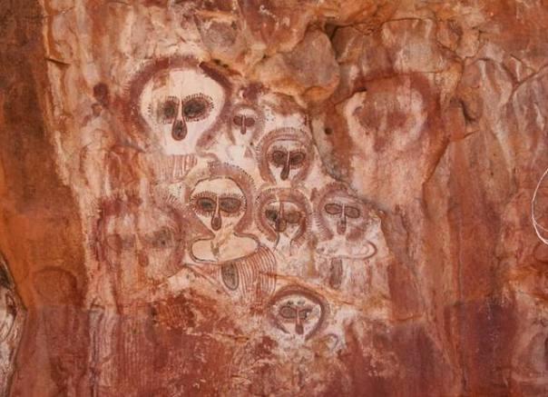 Además de retratar fauna ya extinta, las ancestrales obras de arte en el interior de la gran isla de Oceanía muestran extraños dioses llamados 'wandjinas'.